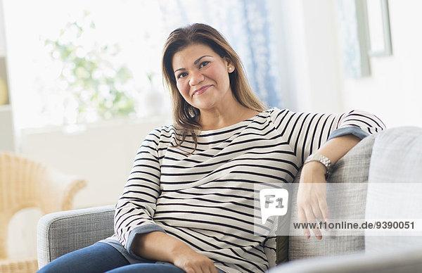 sitzend Portrait Frau Fröhlichkeit Couch