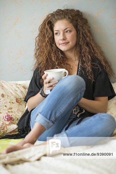 sitzend Portrait Frau Tasse Bett Tee