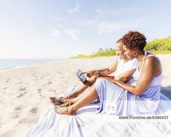 sitzend Strand Mann und Frau