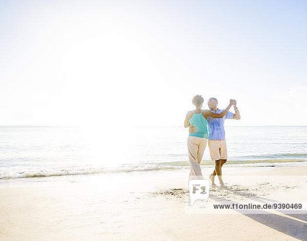 Strand tanzen reifer Erwachsene reife Erwachsene