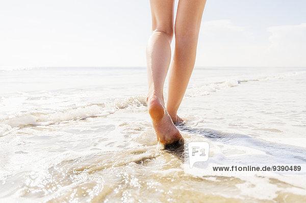 Frau gehen Meer