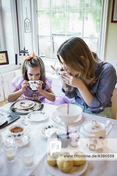 Zusammenhalt am Tisch essen Zimmer Tochter 5-6 Jahre 5 bis 6 Jahre essen essend isst Mutter - Mensch