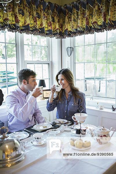 Zusammenhalt am Tisch essen Zimmer essen essend isst