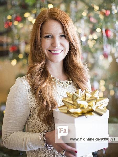 Geschenk Frau halten Zeit Weihnachten Mittelpunkt schießen Studioaufnahme Erwachsener