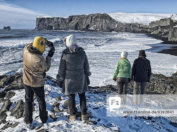 Landschaftlich schön landschaftlich reizvoll Wasser Europa Winter Mensch Menschen Strand Landschaft Küste Meer schwarz Insel Vík í Mýrdal Island Nordeuropa