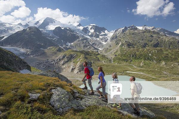 Frau Mann gehen Weg Eis wandern Moräne Wanderweg Bergsee