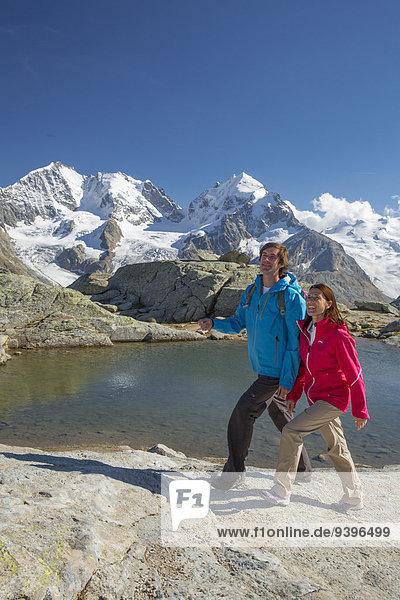 Frau Berg Mann gehen Eis wandern Ansicht Kanton Graubünden Moräne