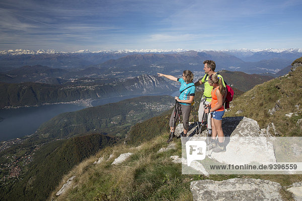 Frau Mann gehen Weg wandern Herbst Wanderweg Luganersee Südschweiz