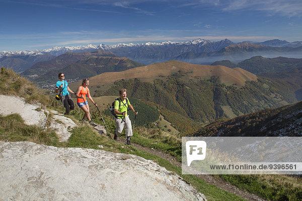 Frau Berg Mann gehen wandern Herbst Ansicht Südschweiz