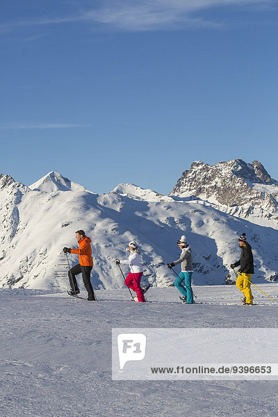 Schneeschuh Frau Winter Mann gehen Kanton Graubünden Schnee Wintersport
