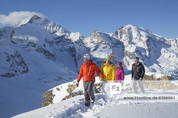 Frau Berg Winter Mann gehen Weg Tagesausflug Eis wandern Spur Kanton Graubünden Moräne Wanderweg Schnee Wintersport