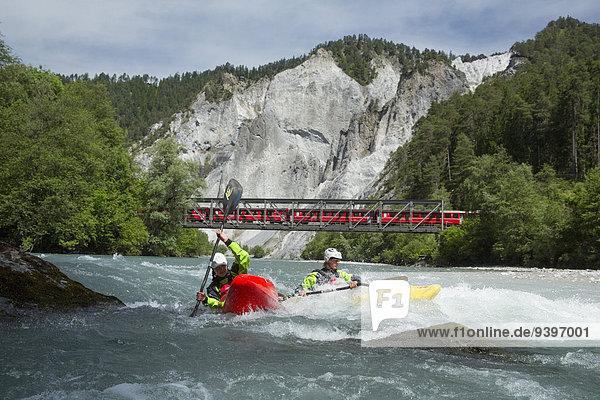 Wasser Frau Mann Sport Wassersport fließen Fluss Zug Kanu Kajak Schlucht Kanton Graubünden Gewässer