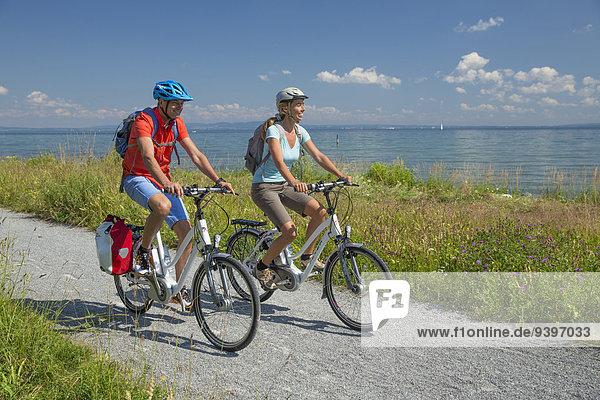 Frau Mann Fahrradfahrer Fahrrad Rad Bodensee Fahrrad fahren