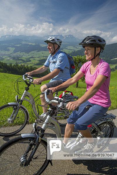 Frau Mann Fahrradfahrer Fahrrad Rad Fahrrad fahren Elektrofahrrad Ebike
