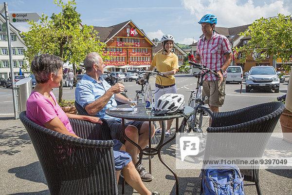 Frau Mann Fahrradfahrer Fahrrad Rad Stadt Großstadt Generation Fahrrad fahren Elektrofahrrad Ebike