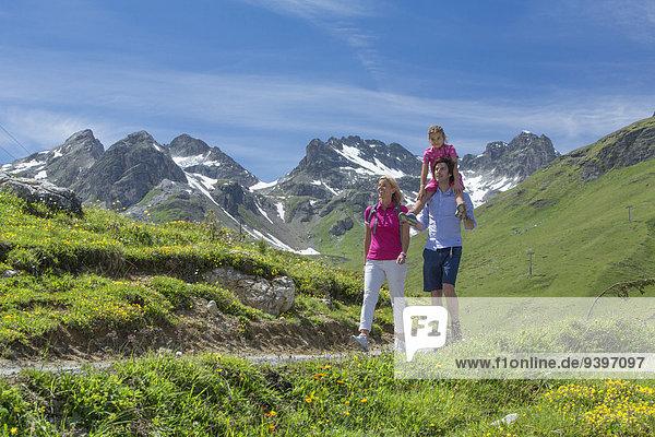 Frau Mann gehen Weg wandern Kanton Graubünden Wanderweg