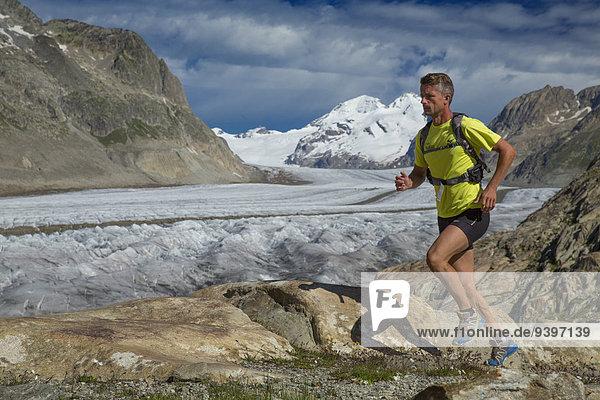 Freizeit Berg Mann Abenteuer rennen Eis Läufer Moräne Aletschgletscher