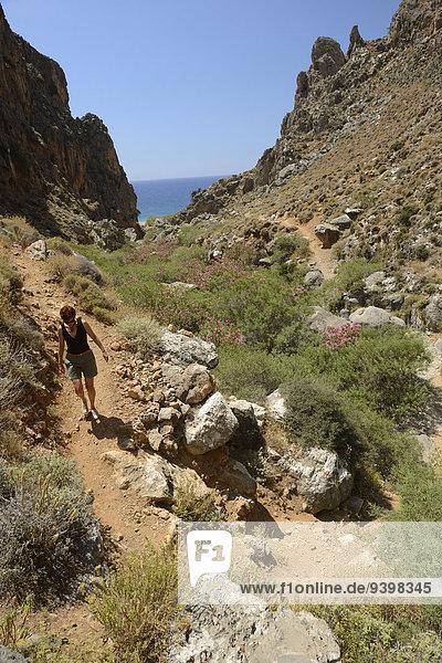 Felsbrocken Europa Frau Küste Insel Griechenland Schlucht Kreta griechisch