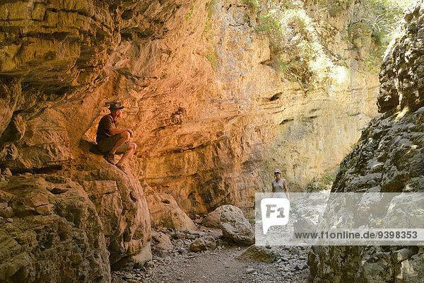 Felsbrocken Europa Frau Mann Mensch Menschen Insel wandern Griechenland Loch Schlucht Kreta griechisch