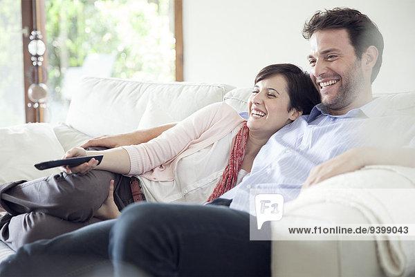 Paar fernsehen gemeinsam auf dem Sofa