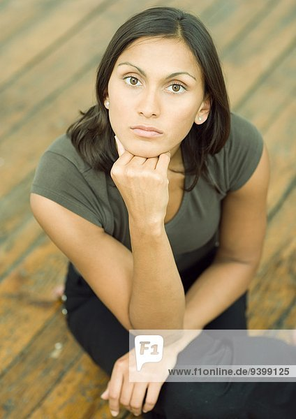 Frau hält Kopf  Portrait