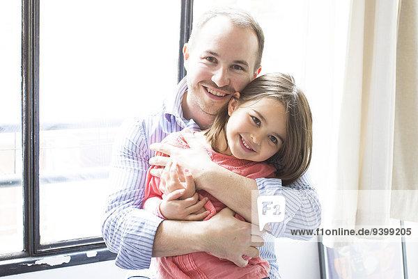 Vater umarmt junge Tochter  Portrait