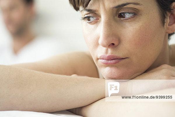 Frau verärgert und verärgert nach Streit mit Ehemann