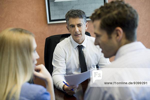 Treffen eines jungen Paares mit einem Finanzberater