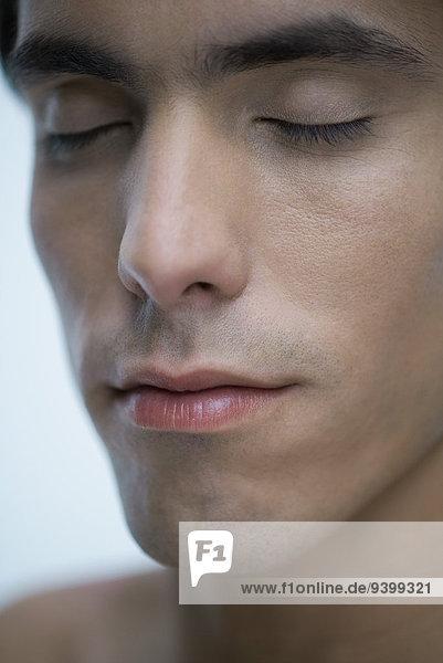 Mann mit geschlossenen Augen  Nahaufnahme