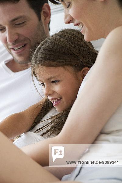 Eltern und Tochter beim gemeinsamen Lesen