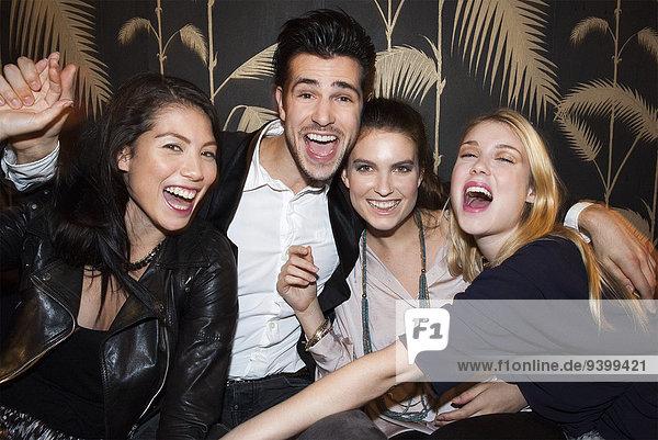 Freunde feiern im Nachtclub
