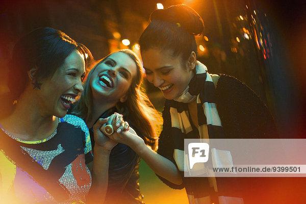 Freunde lachen auf der Stadtstraße