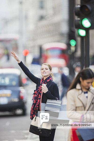 Frau ruft Taxi auf der Stadtstraße