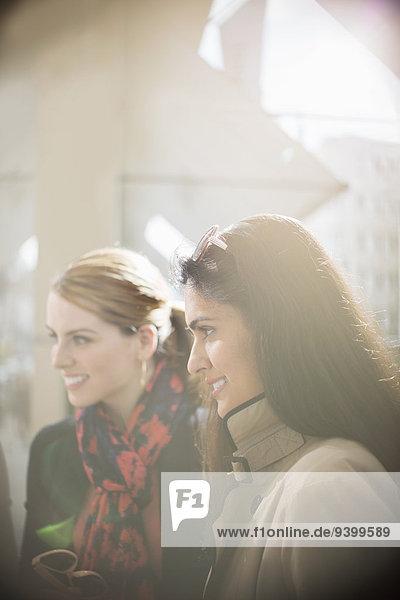 Frauen lächeln auf der Stadtstraße