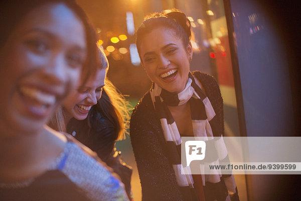 Freunde spielen nachts auf der Stadtstraße.