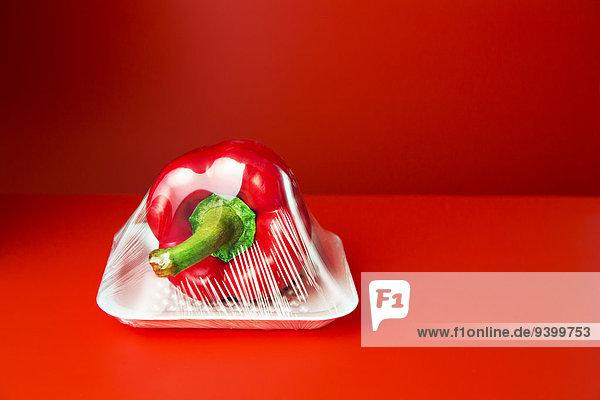 Nahaufnahme der in Plastik eingeschweißten Paprika