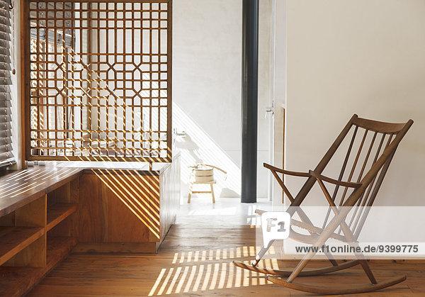 Jalousien werfen Schatten im modernen Schlafzimmer