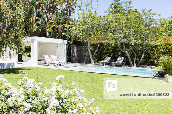 Schwimmbad und Hinterhof des modernen Hauses