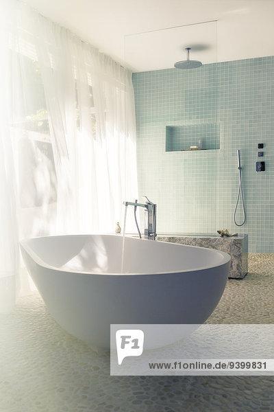 Das Wasser fließt in die Badewanne im modernen Bad.