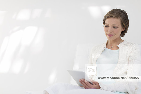 Lächelnde Frau mit digitalem Tablett