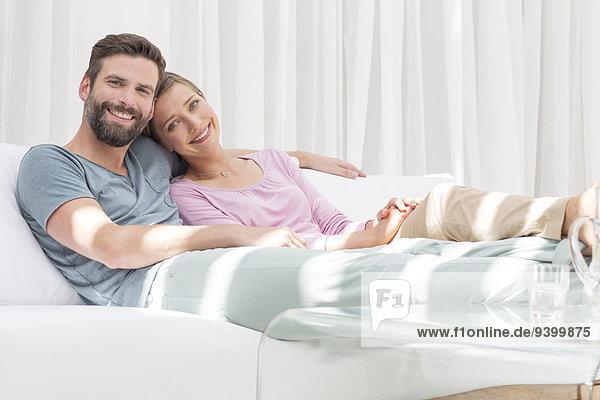 Gemeinsames Entspannen auf dem Sofa im modernen Wohnzimmer