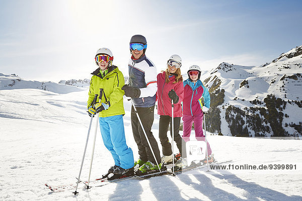 Familienskifahren auf dem Berggipfel