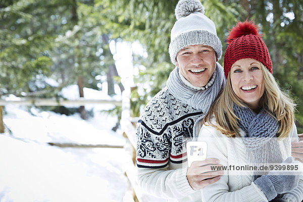 Paarumarmungen im Schnee