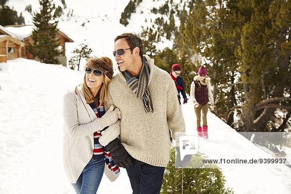 Gemeinsam durch den Schnee gehen
