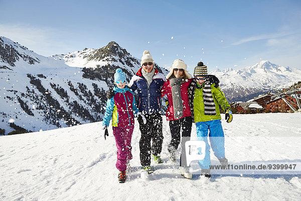 Gemeinsam durch den Schnee wandern