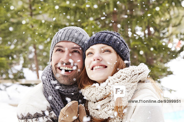Paar bewundert den Schnee zusammen