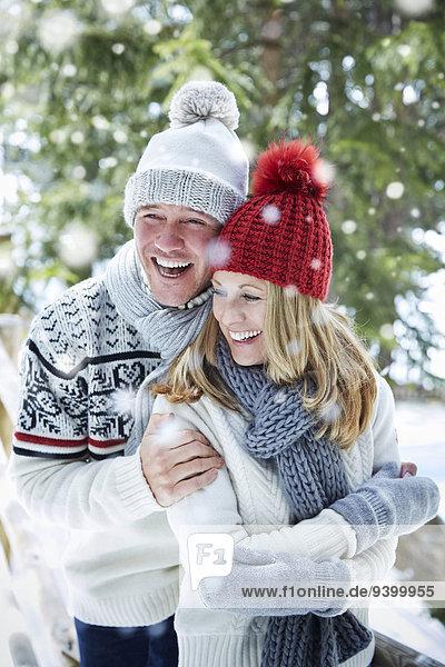 Gemeinsam im Schnee umarmen