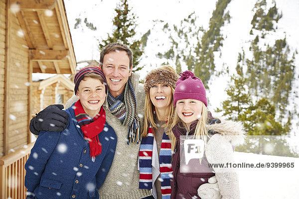 Familienumarmung im Schnee