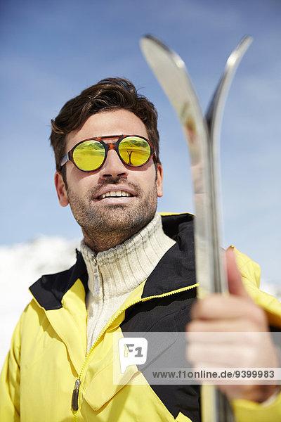 Mann mit Skiern im Freien