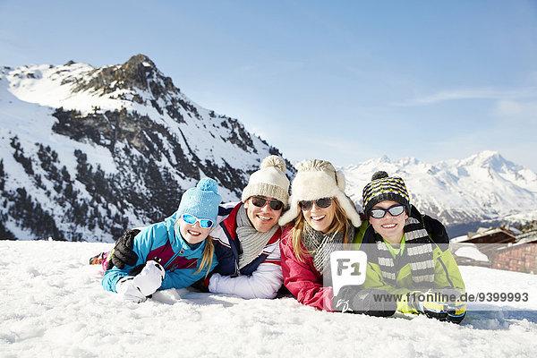 Gemeinsam im Schnee liegend